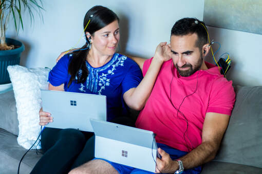 image d'un couple souriant en séance de neurofeedback dynamique